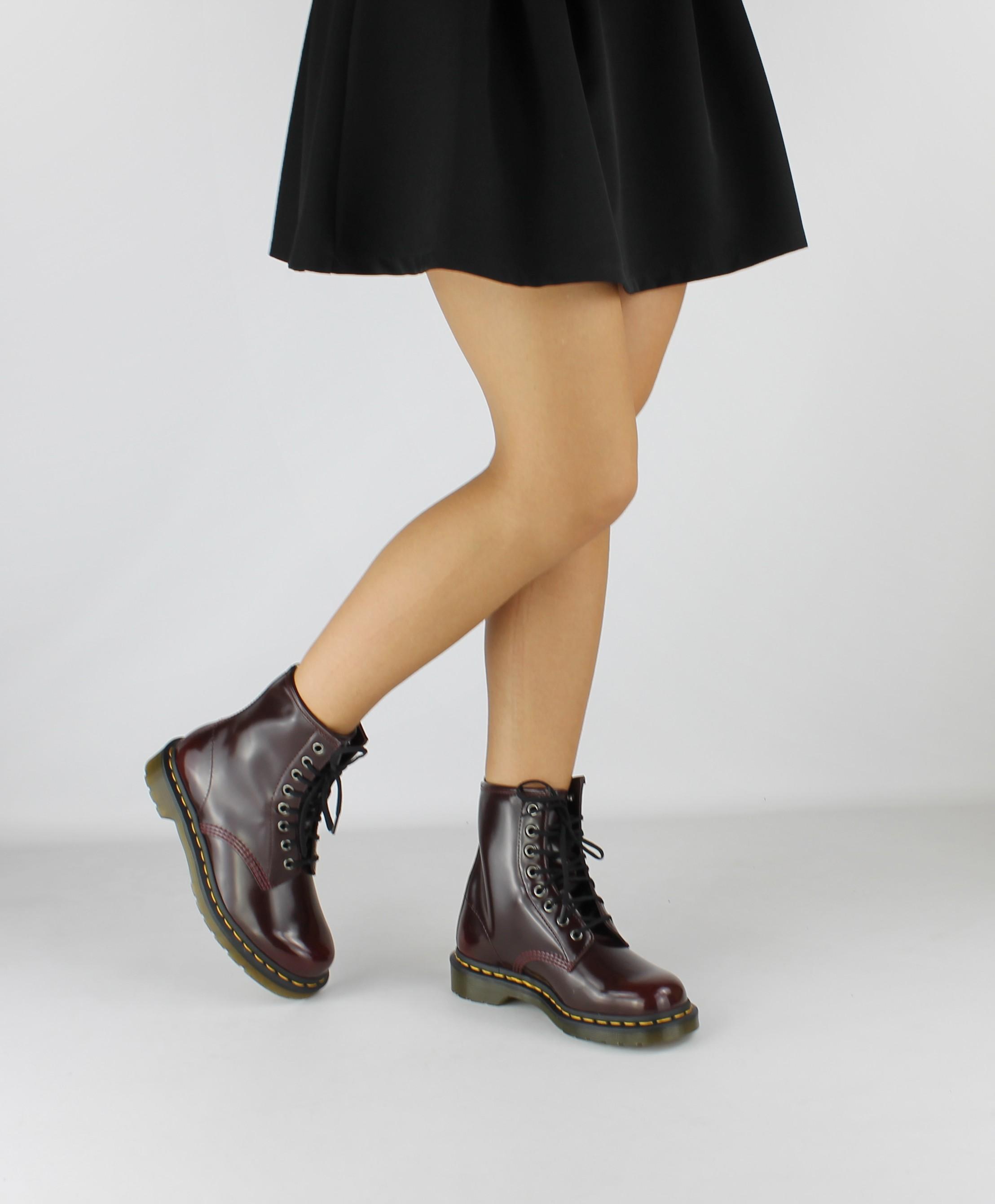 dr martens cherry 8 buchi anfibio donna indossato